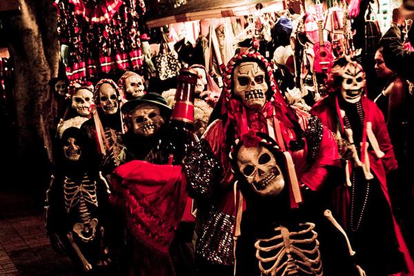 the customs of los dias de los muertos Wwwlatacocom/ofelia-esparzas-dia-de-los-muertos between the old and the new customs lead author for día de los muertos: tradition and translation is dr.