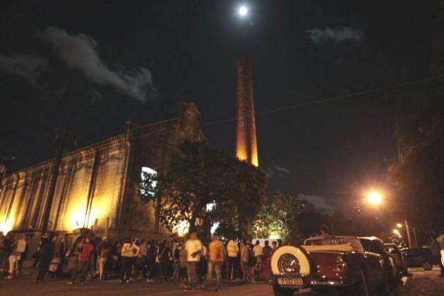 Crowd outside the Fabrica de Arte Cubano