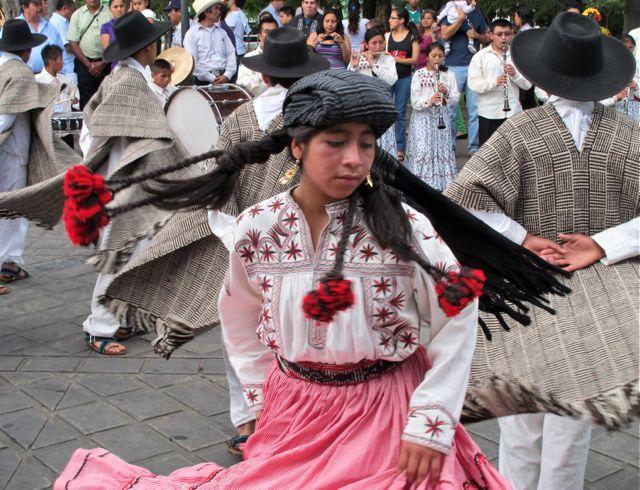 a girl wearing a traditional blouse in de Santa María Tlahuitoltepec
