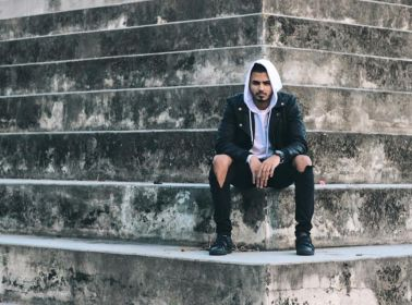 """Álvaro Díaz Preaches the Gospel of Unadulterated Hip-Hop in Live Performance of """"Groupie Love"""""""