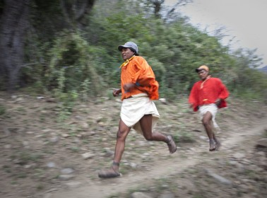 Harvard Professor Explains How the Tarahumara Run So Well in Those Sandals