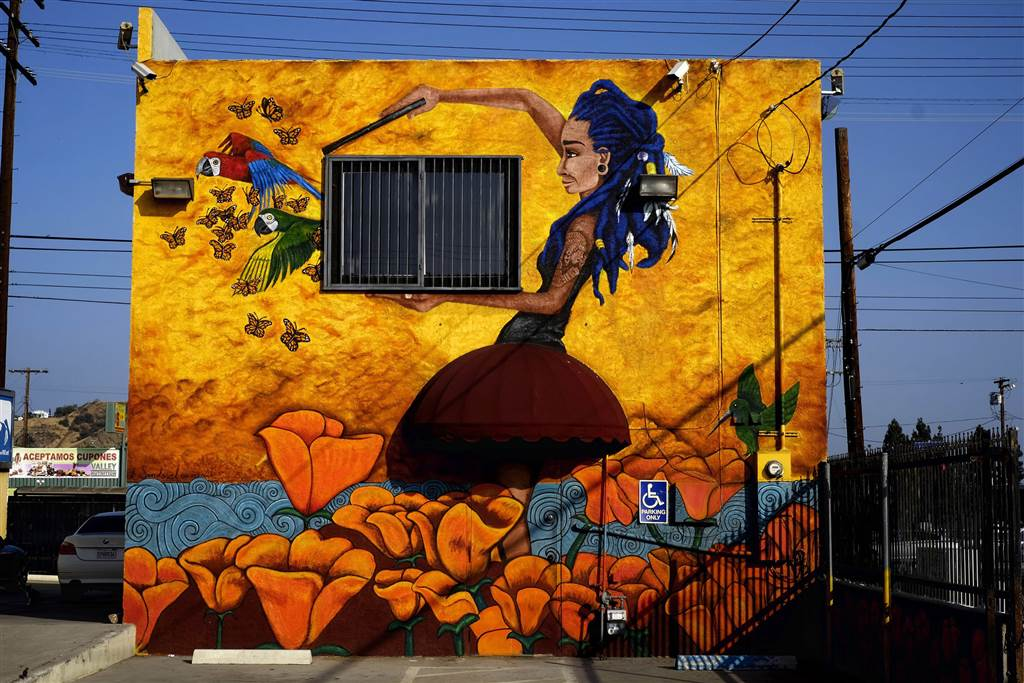 Two la muralists are picking up where a former generation for Mural una familia chicana