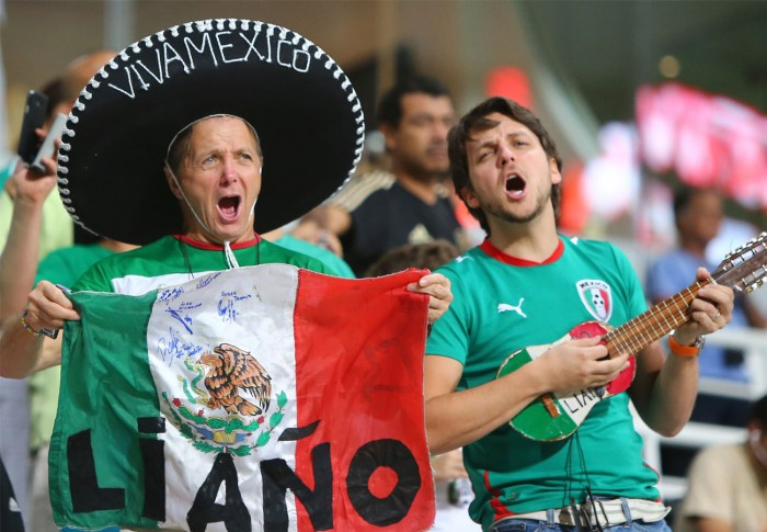 aficionados-de-mexico-en-el-mohammed-bin-zayed-stadium-cantandose-cielito-lindo
