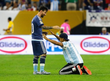 A Superfan Ran Onto the Pitch and Literally Bowed Down to Messi