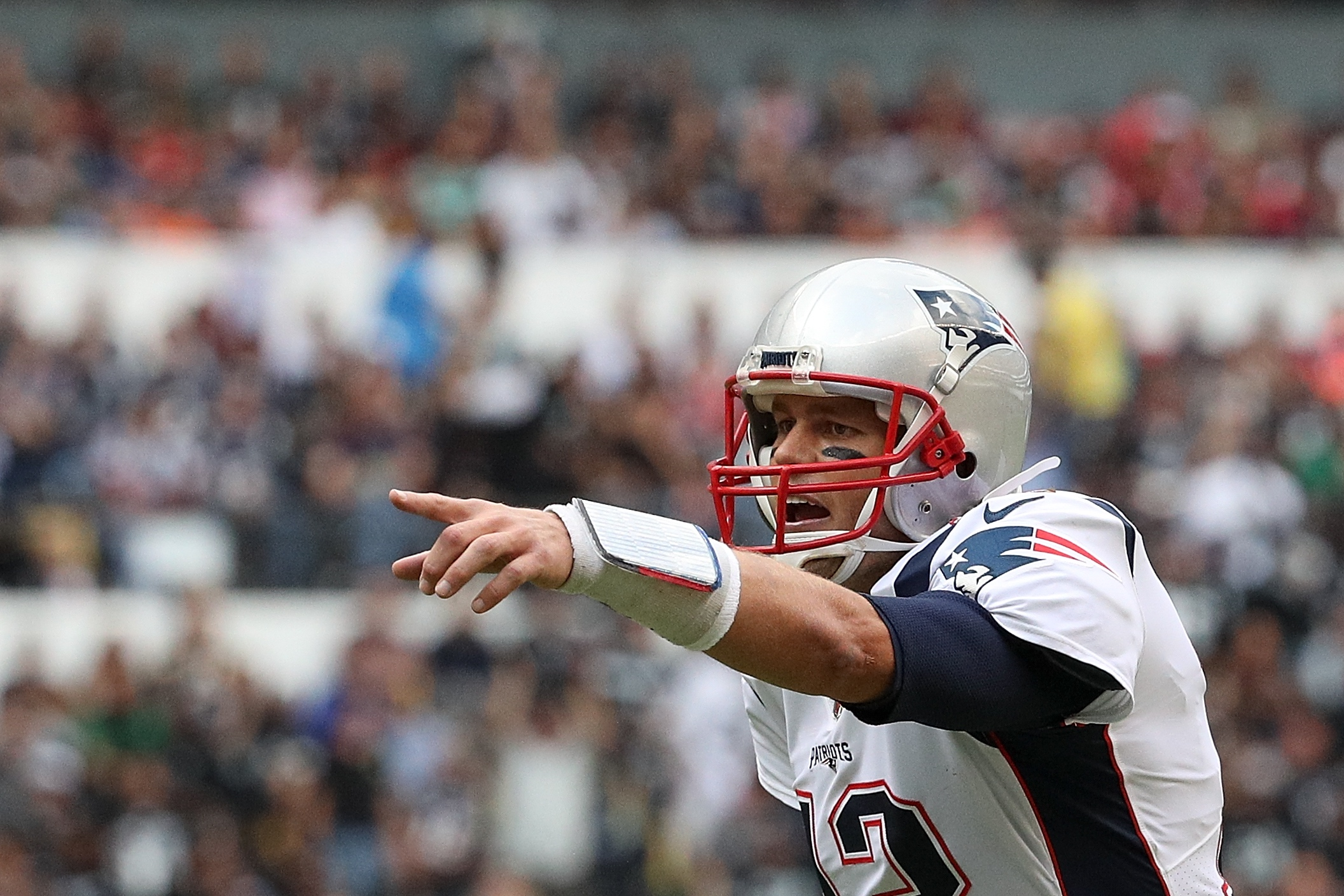 Watch Tom Brady Ignore a Mexican Journalist Trying to Gift Him an El Tri Jersey