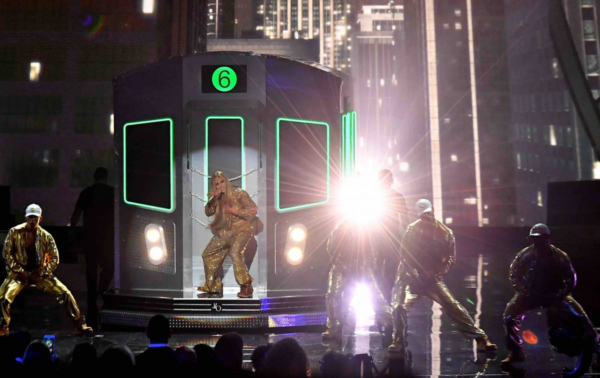 J Lo's VMAs Performance Sparked a Twitter Roast of New York's Subway