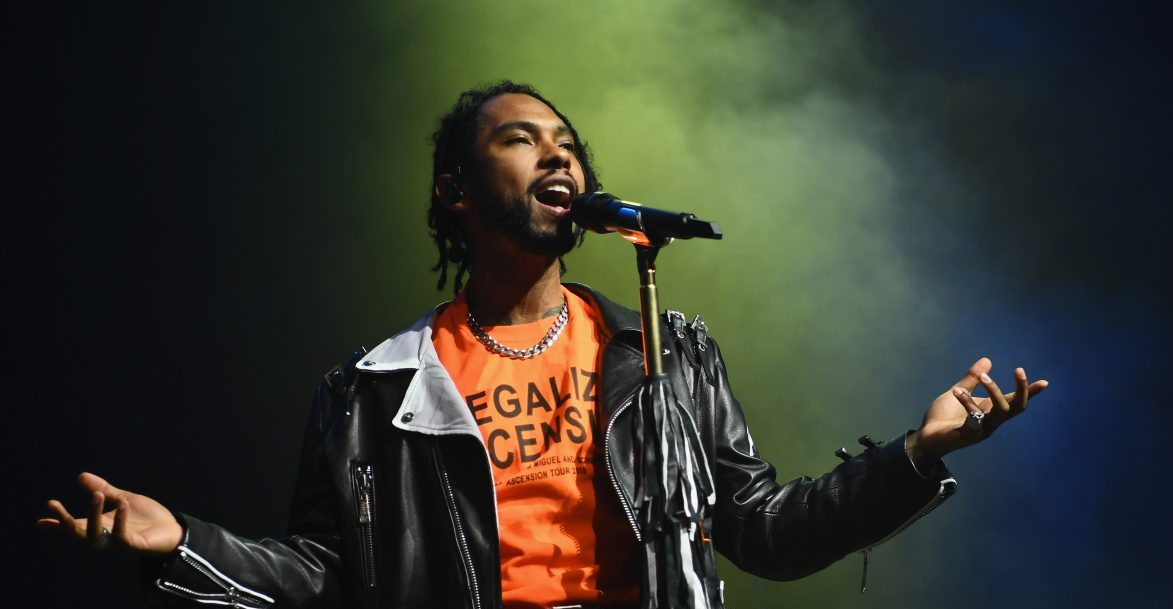 Miguel Sang in Spanish at the Latin Grammys & People Turned Into the Heart Eye Emoji