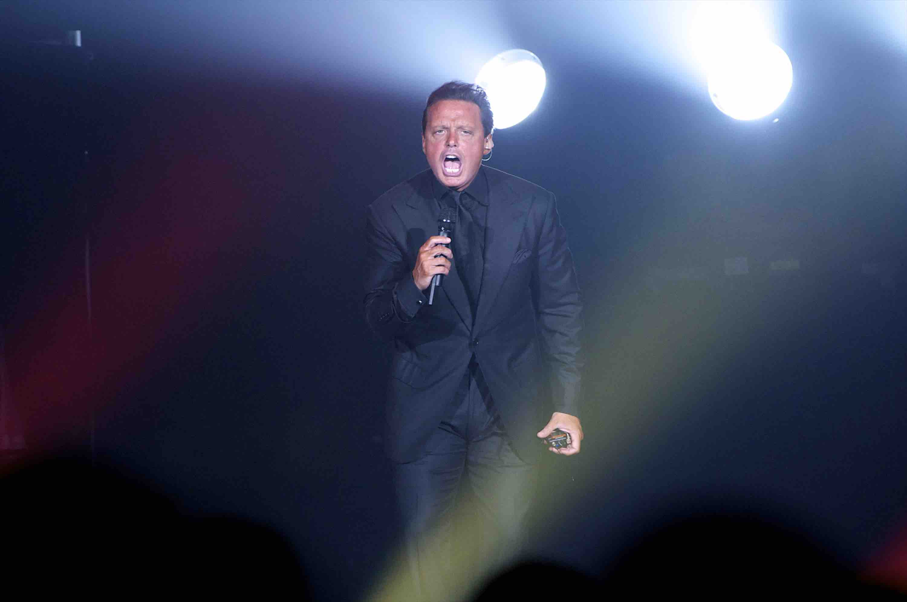 Upset by the Sound at His Panama Concert, Luis Miguel Caught on Camera Throwing Mic at Technician