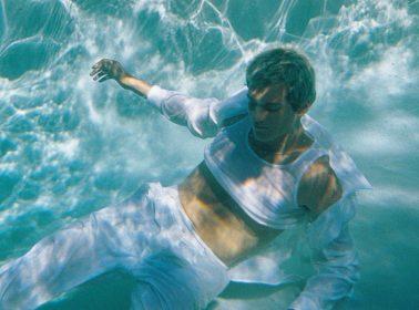"Omar Apollo Dips Into Spanish Language Music & Urbano on New Single ""Frio"""