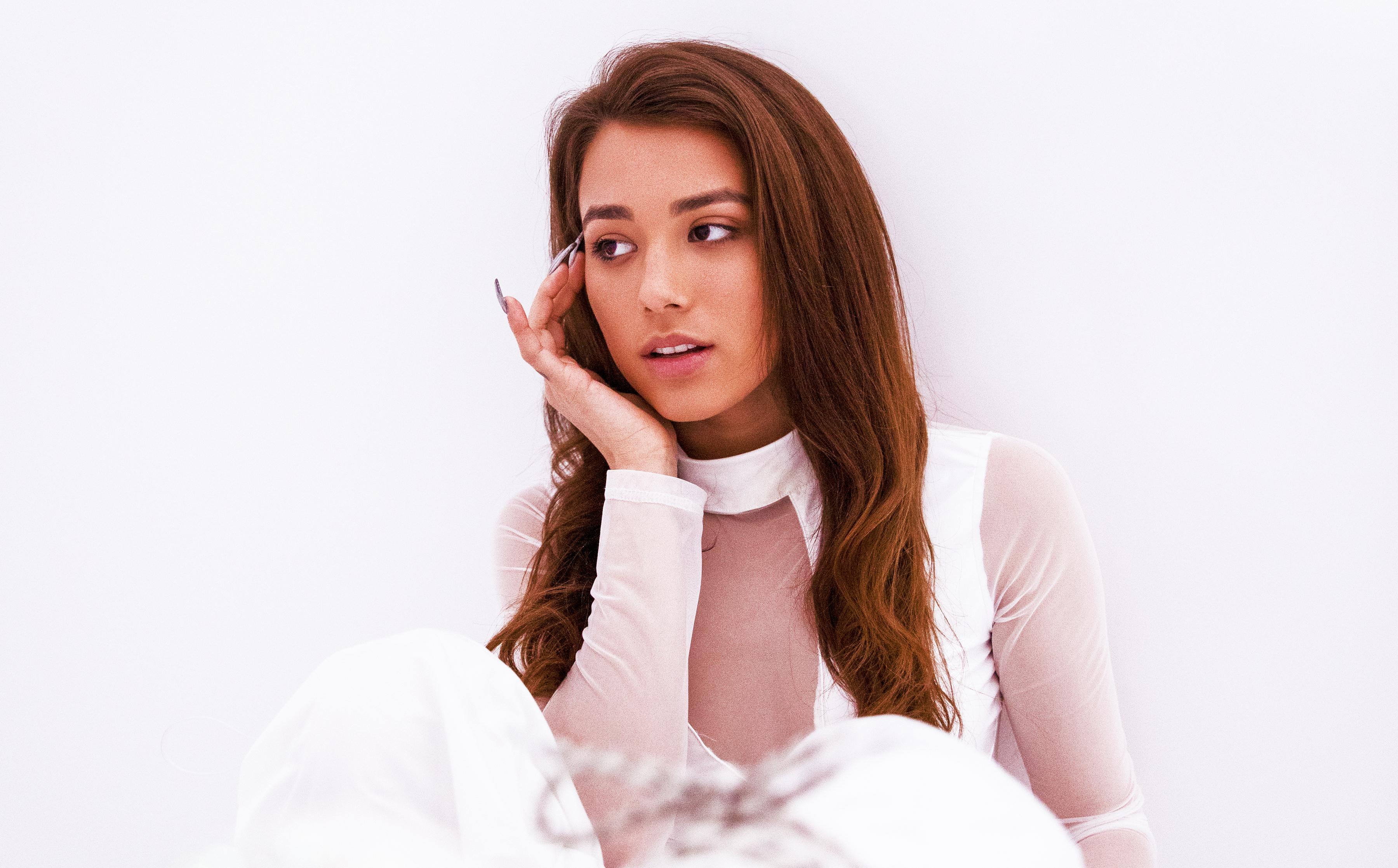 """Alaina Castillo's """"no vuelvas a mirar atrás"""" Exudes Empowering Calm"""
